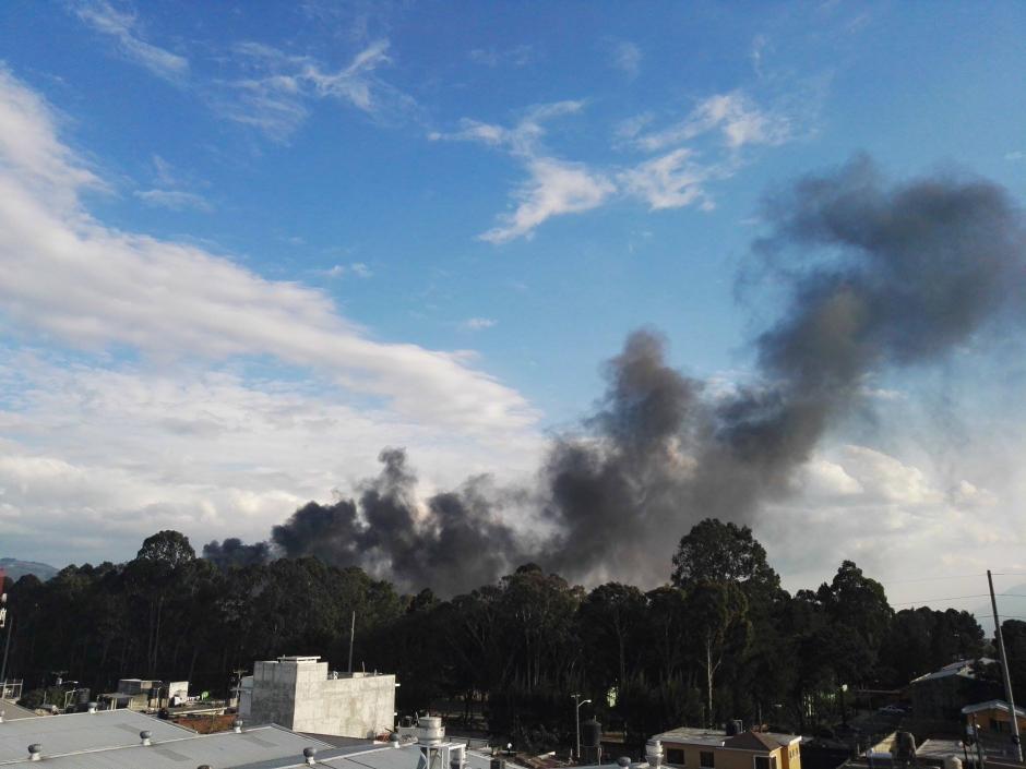 Los Bomberos Municipales atendieron la emergencia.  (Foto: Gustavo Méndez/Soy502)