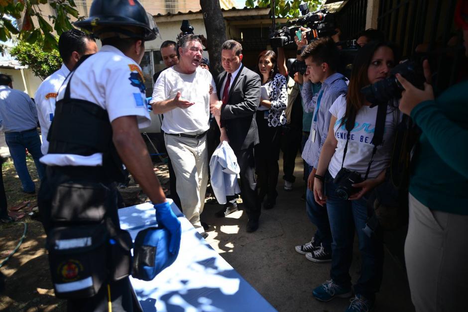 Antes de ser trasladado en camilla, Roitman lanzó improperios a los medios de comunicación. (Foto: Wilder López/Soy502)