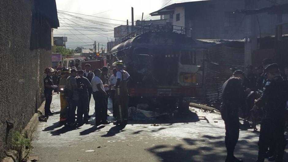 La parte trasera de un autobús en San José Pinula explotó y dejó al menos 15 heridos. (Foto: Bomberos Municipales Departamentales)