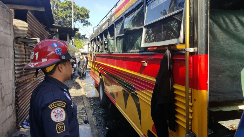 Los vidrios del autobus quedaron destruidos. (Foto: Bomberos Municipales Departamentales)