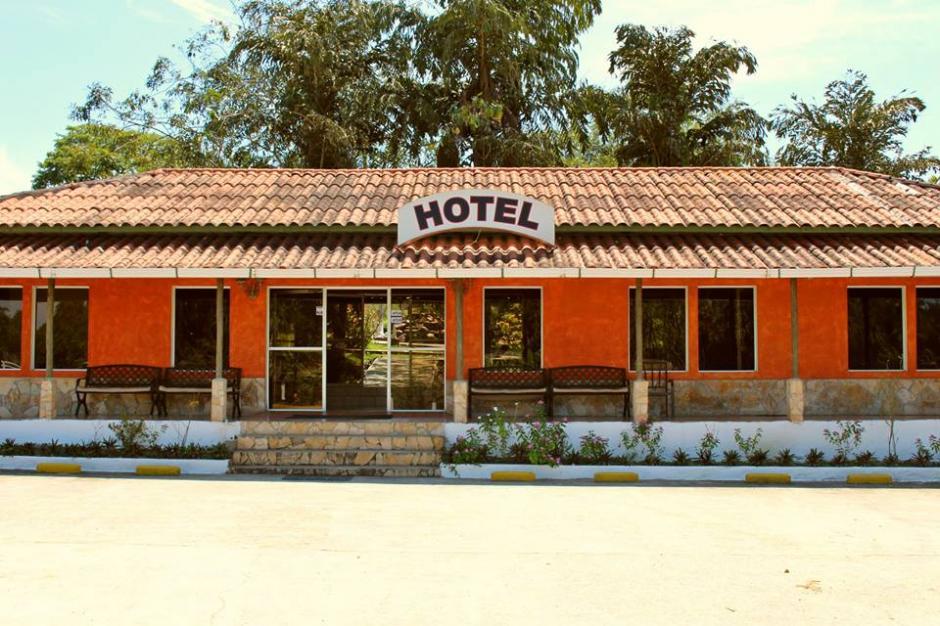 Vista de la entrada al hotel registrado a nombre de Walter Obdulio Mendoza Matta. (Foto: Facebook)