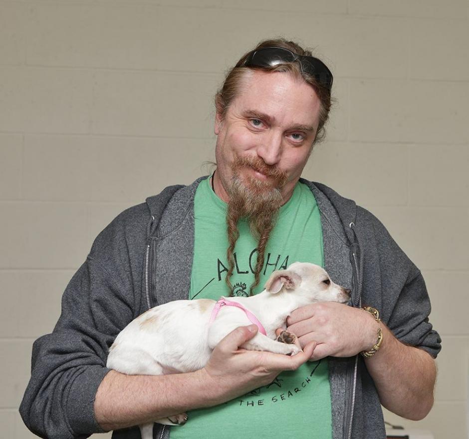 """Steve DiGiorgio, de Testament, con """"Love Stuff"""". (Foto: Motley Zoo Animal Rescue)"""
