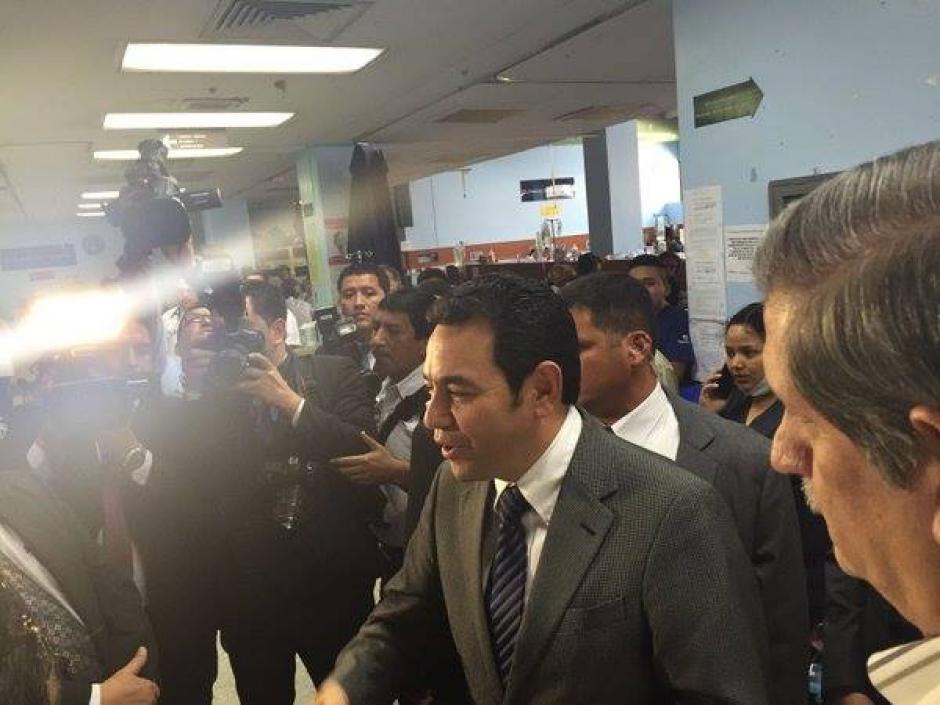 """El presidente Jimmy Morales sigue de giras """"sorpresas"""" en los hospitales del país. (Foto: Jorge Sente/Nuestro Diario)"""