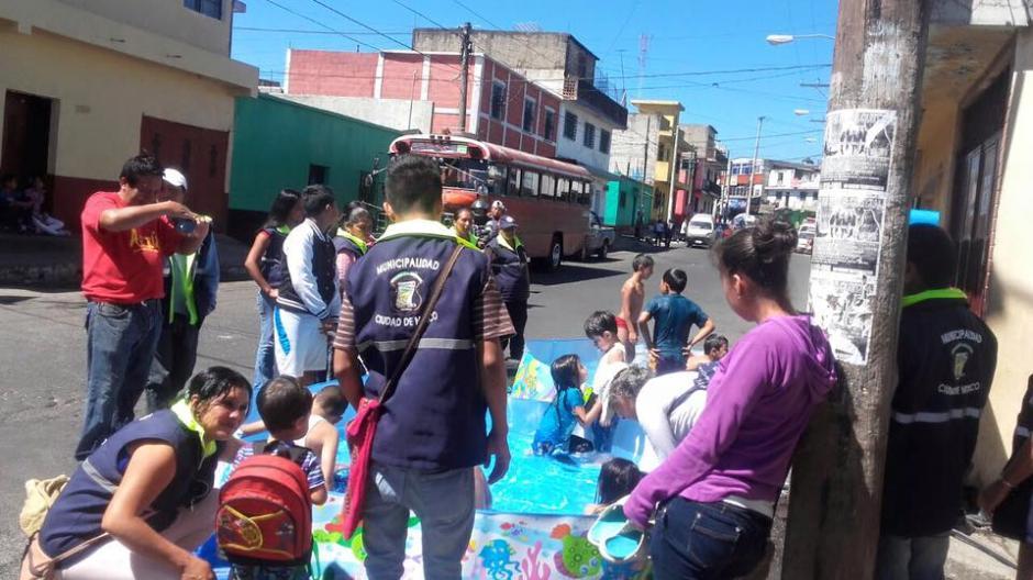 Niños de la Colonia El Milagro disfrutaron de un día de verano con piscinas plásticas instaladas por la alcaldía. (Foto: Facebook/Neto Bran)