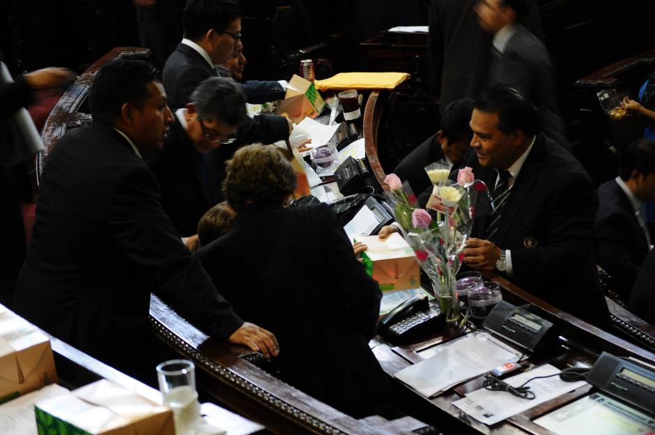 Las diputadas recibieron flores en conmemoración del Día de la Mujer. (Foto: Alejandro Balán/Soy502)