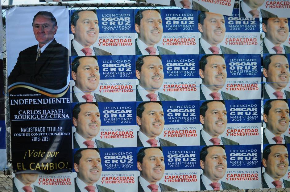 En el interior del país fueron ubicadas mesas de votación para que los profesionales del derecho acudan a emitir su voto. (Foto: Alejandro Balán/Soy502)