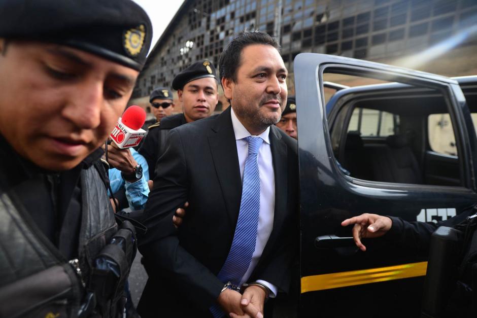 El exdiputado Gudy Rivera es trasladado por las autoridades hacia la Torre de Tribunales. (Foto: Wilder López/Soy502)