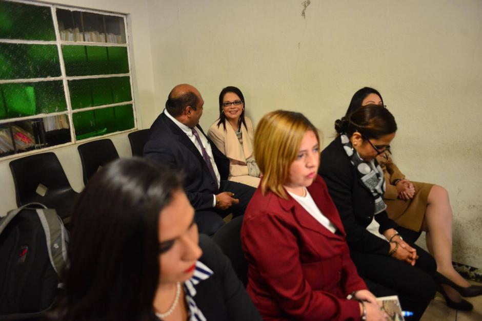 Roxana Baldetti, al fondo, conversa con su abogado. (Foto: Jesús Alfonso/Soy502)