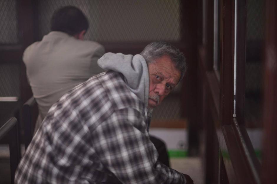 Los sindicados Esteelmer Reyes (de espalda) y Heriberto Valdez se mostraron molestos durante la audiencia y siempre trataron de evitar las cámaras. (Foto: Jesús Alfonso/Soy502)