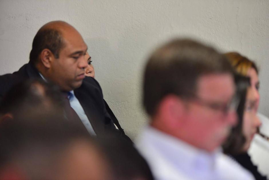 El abogado Benjamín Estrada escoltó a Baldetti durante toda la diligencia. (Foto Jesús Alfonso/Soy502)