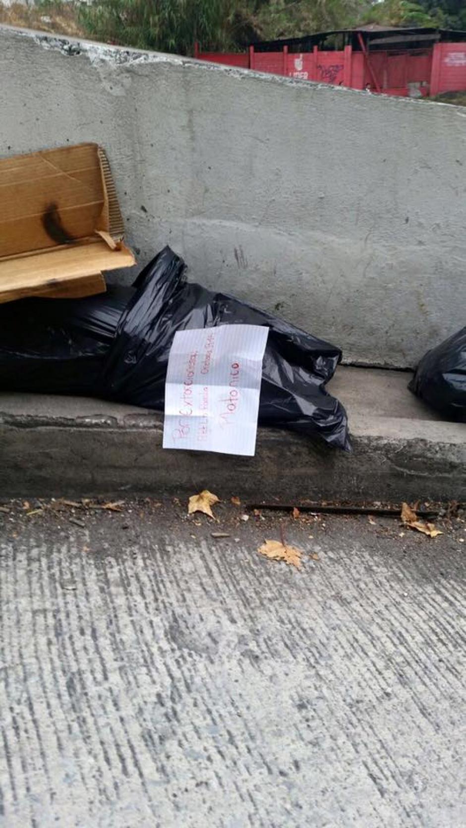 La nota dejada junto al cuerpo está firmada supuestamente por la familia Orellana R15. (Foto: Facebook/Neto Bran)