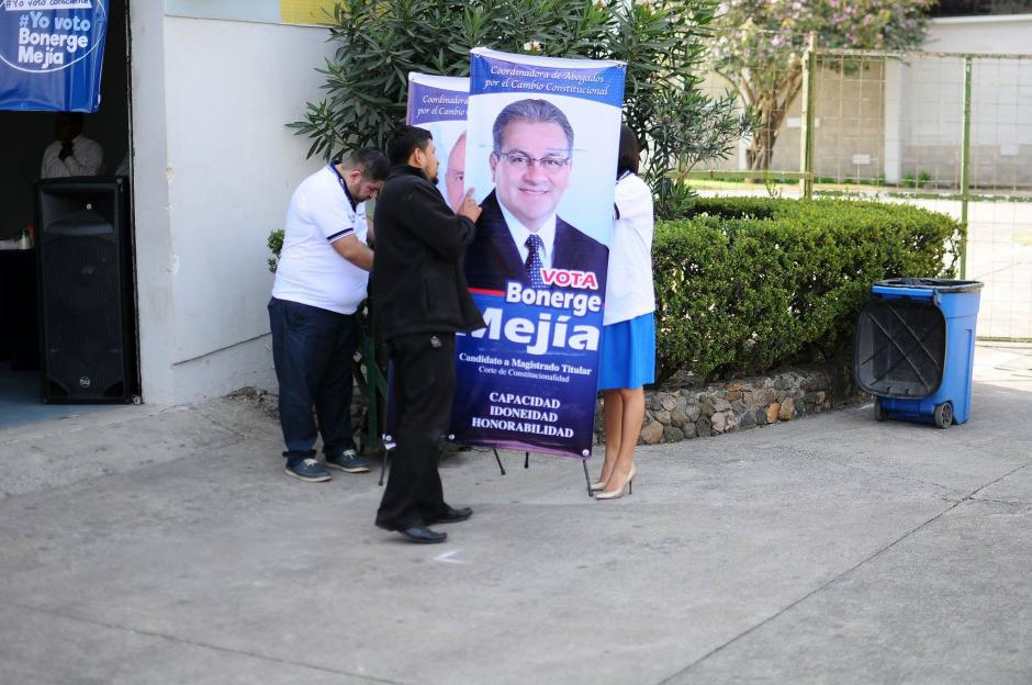 Los candidatos a  magistrado titular y suplente colocaron propaganda en las cercanías a las mesas de votación en el Parque de la Industria. (Foto: Alejandro Balán/Soy502)