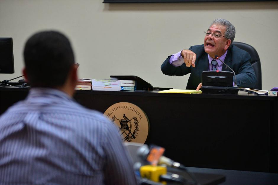 El juez Miguel Ángel Gálvez da instrucciones previo a la declaración. (Foto: Wilder López/Soy502)