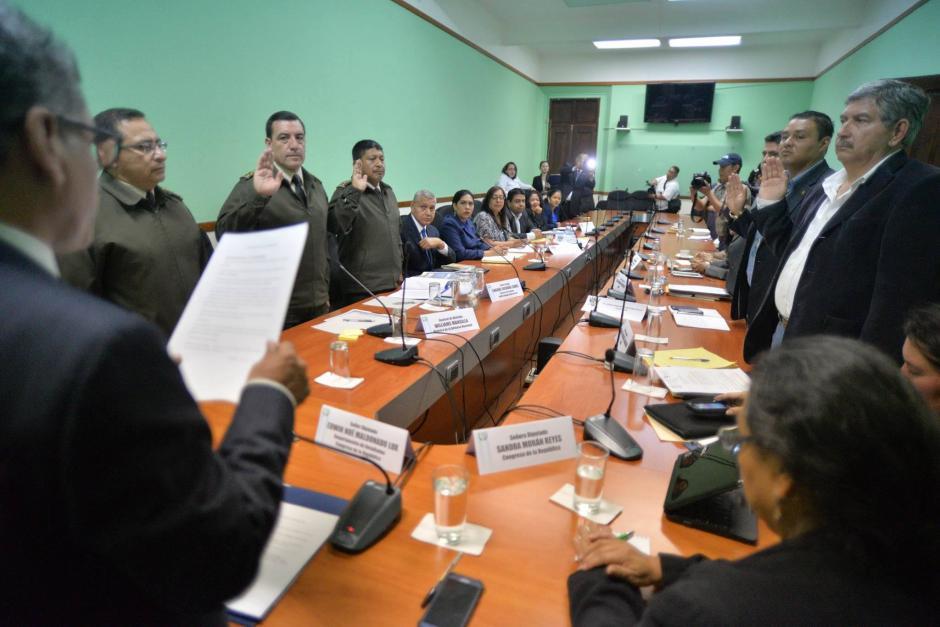 El diputado Edwin Maldonado, de Retalhuleu, juramenta a los funcionarios citados. (Foto: Wilder López/Soy502)