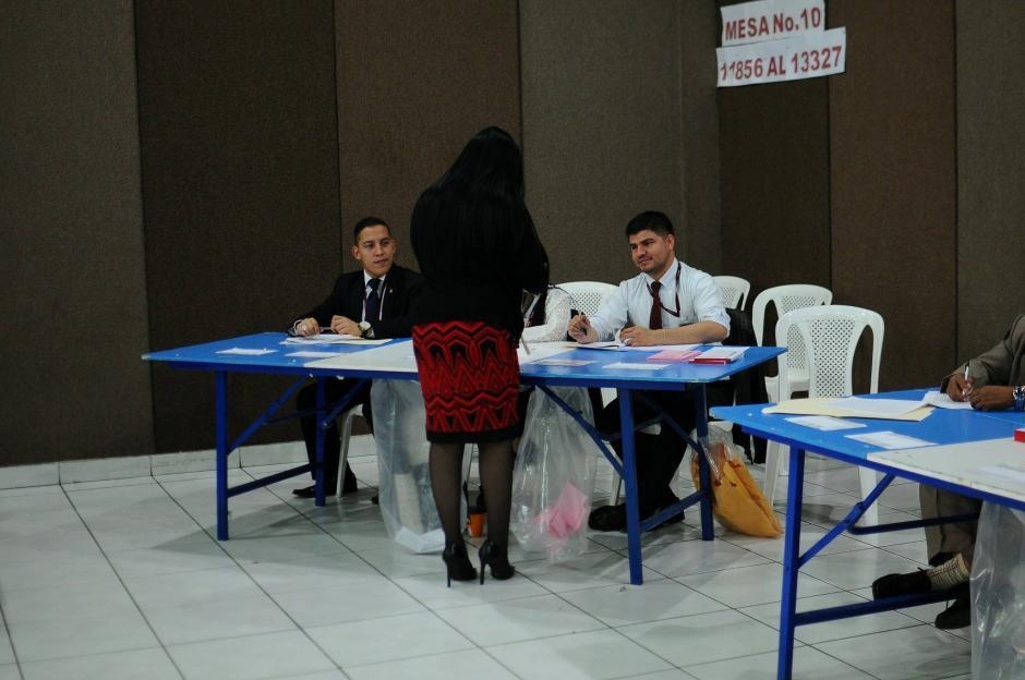 Profesionales del Derecho se acercan a mesas de votación para elegir magistrado titular y suplente para la CC. (Foto: Alejandro Balán/Soy502)