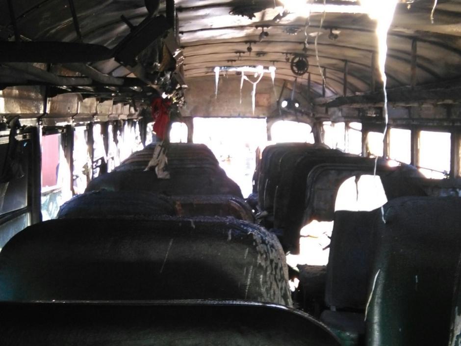 Los asientos del autobús quedaron calcinados por el incendio tras la explosión. (Foto: Bomberos Municipales Departamentales)