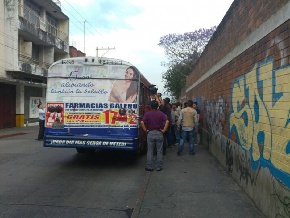 Una supuesta bomba fue dejada en el interior de un bus de la ruta 70 que se encontraba en la zona 1 capitalina. (Foto: Soy502)