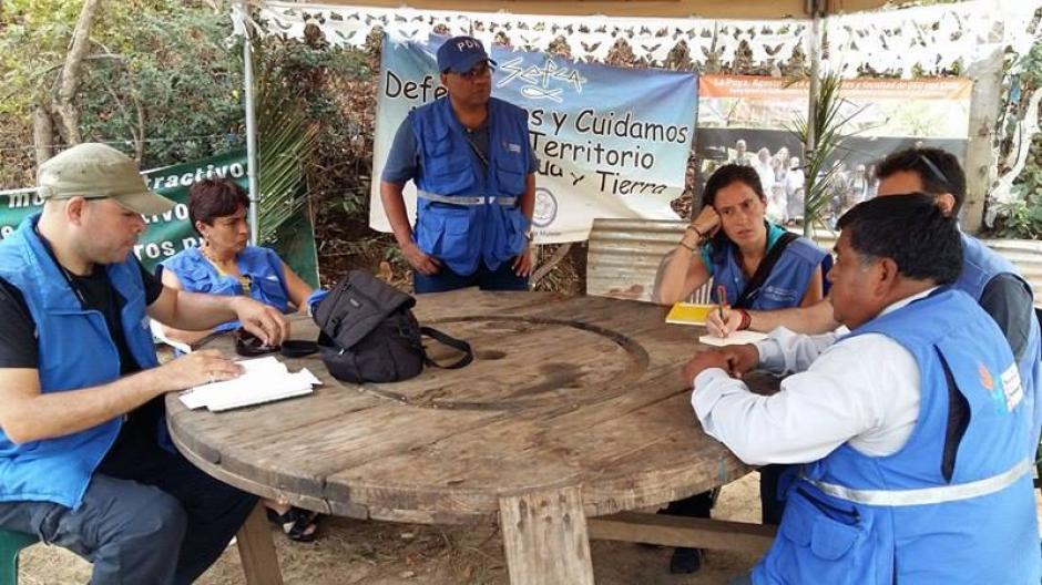 Personal de la PDH hablan con los pobladores para saber qué ha ocurrido en las últimas horas en La Puya. (Foto: Hans Galindo/Nuestro Diario)