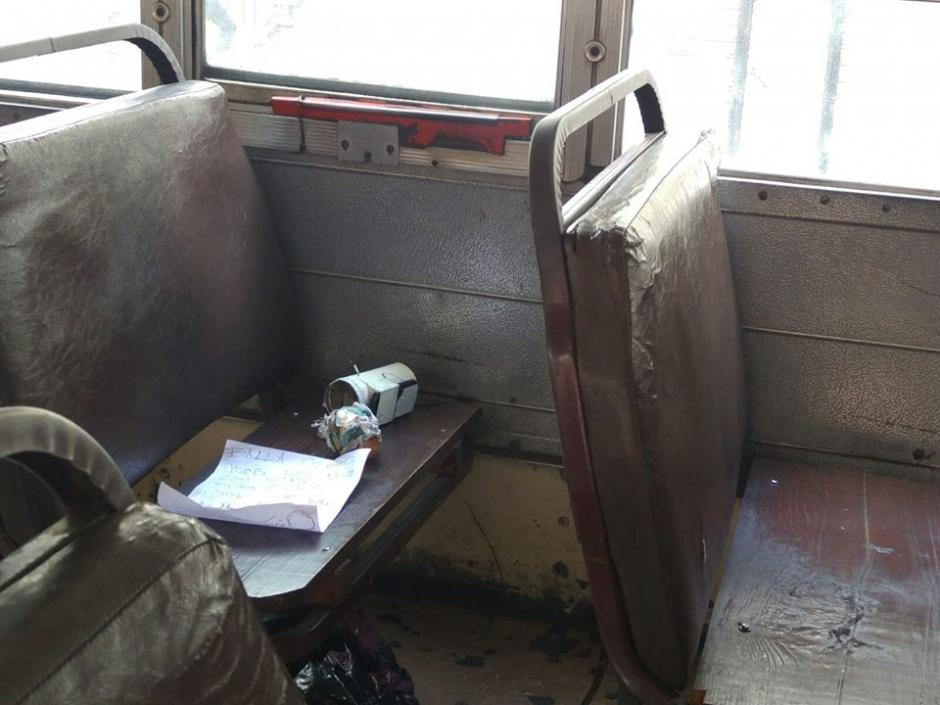 La supuesta bomba era un recipiente de metal con papel en su interior y un supuesto teléfono adherido con type. (Foto: Soy502)