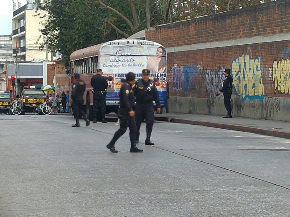 Agentes de la Policía Nacional Civil acudieron a investigar si se trataba de una bomba en el interior de un bus de la ruta 70. (Foto: Soy502)