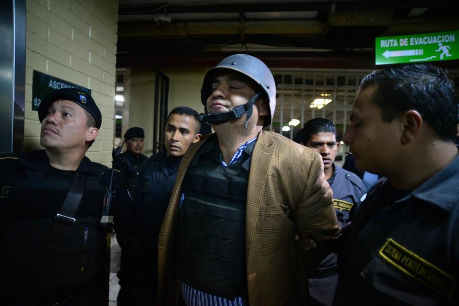 A su llegada a Tribunales, Monzón llevaba puesto un casco y chaleco antibalas. (Foto: Wilder López/Soy502)