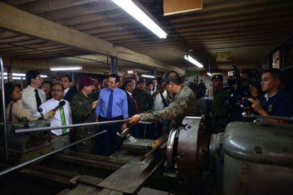 Jimmy Morales señaló que los soldados donarán Q123 de sus salario para fabricar los pupitres. (Foto: Jesús Alfonso/Soy502)