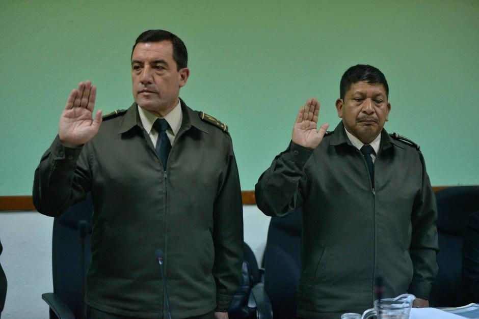 El Ministro de la Defensa y el Director del instituto levantan la mano para la juramentación. (Foto: Wilder López/Soy502)