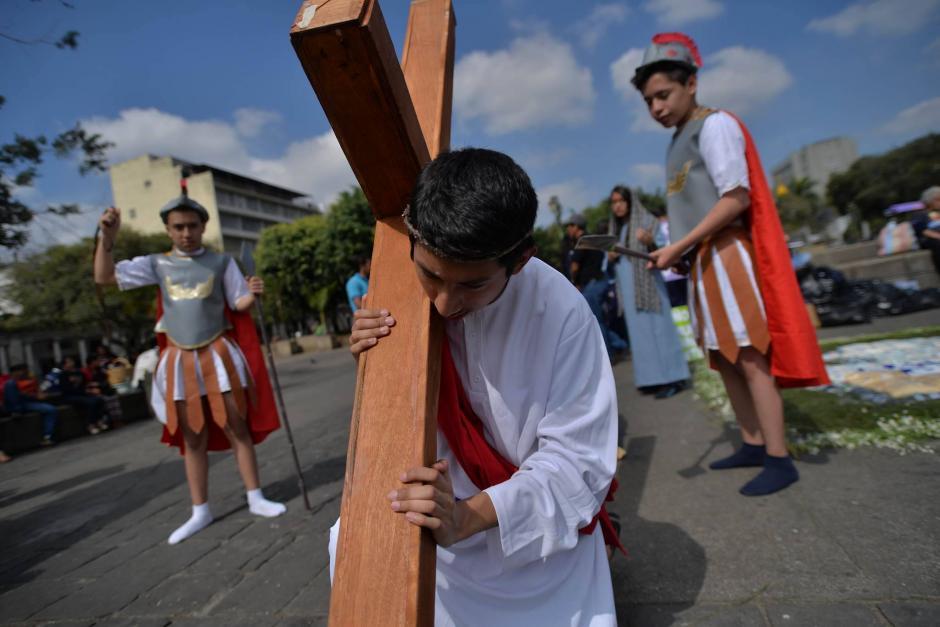 Niños y jóvenes fueron los responsables de cargar la cruz durante el simbólico recorrido. (Foto: Wilder López/Soy502)