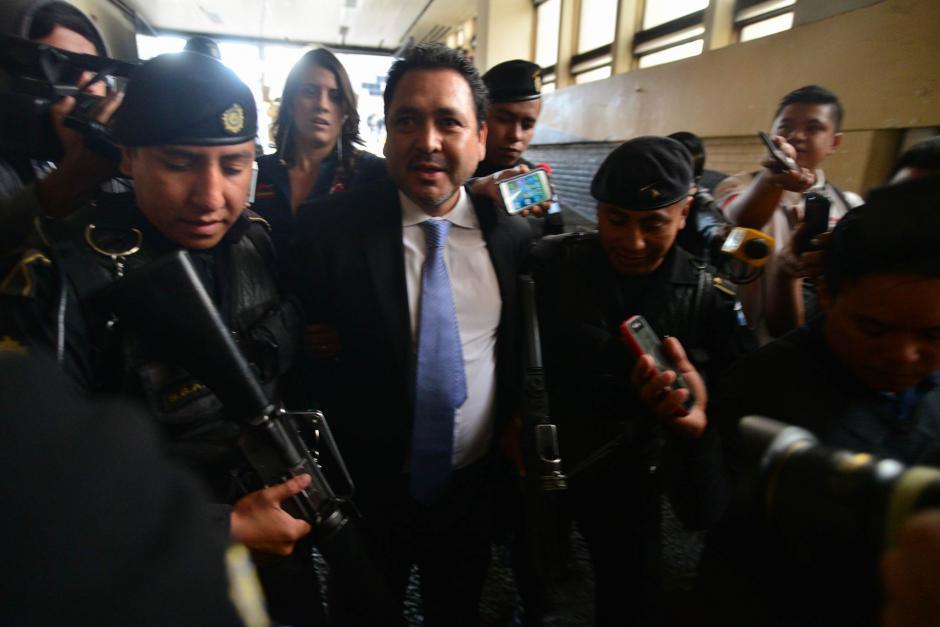 A la entrada de Tribunales, se trató de conseguir algunas declaraciones de Rivera. (Foto: Wilder López/Soy502)