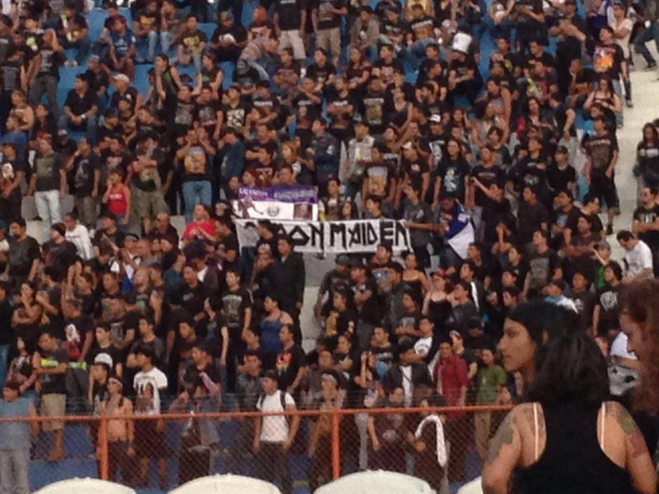 El estadio Mágico González se vio abarrotado por fanáticos de la banda.