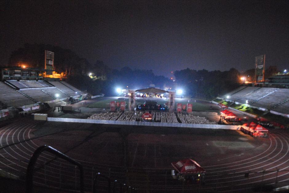 Los organizadores instalaron el escenario donde se presentaría el grupo. (Foto: Nuestro Diario)