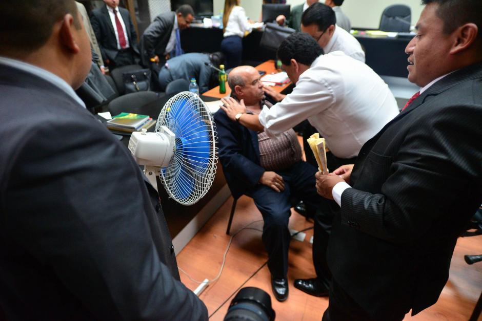 El abogado Francisco García Gudiel auxilia a su colega. (Foto: Wilder López/Soy502)