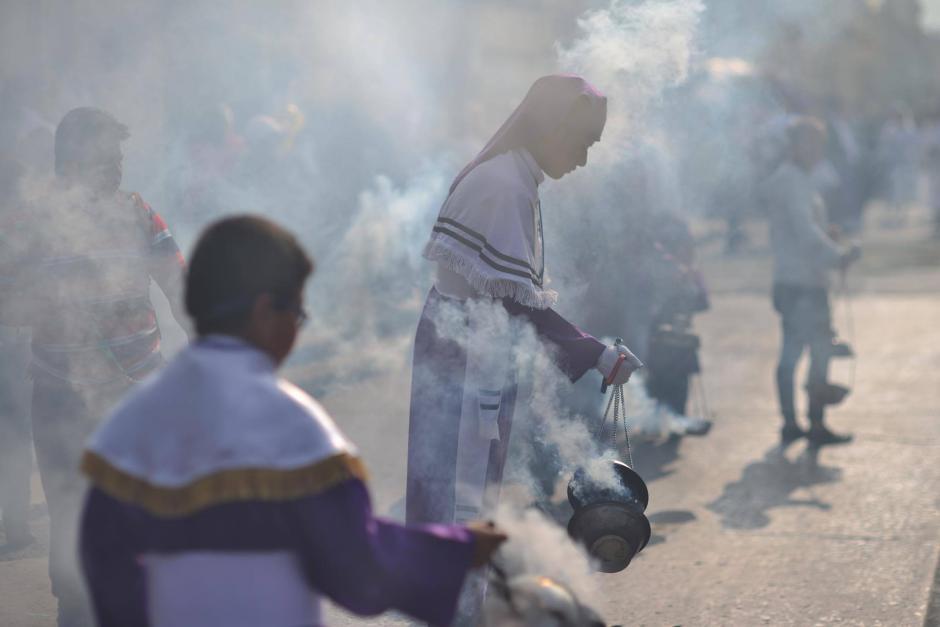El incienso es un elemento fundamental de las procesiones. (Foto: Jesús Alfonso/Soy502)