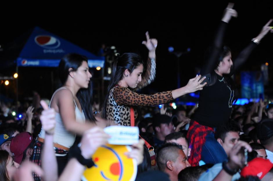 Las mujeres fueron las más prendidas con el ritmo del colombiano. (Foto: Alejandro Balán/Soy502)