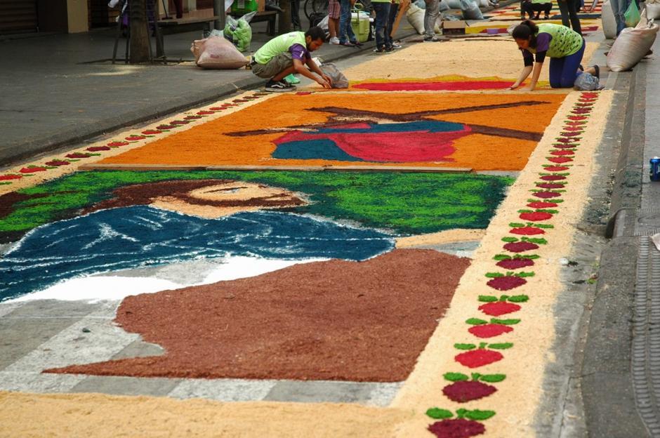 Hermosos diseños y colores en la alfombra más larga que se elabora en Guatemala.  (Foto: Fredy Hernández/ Soy502)