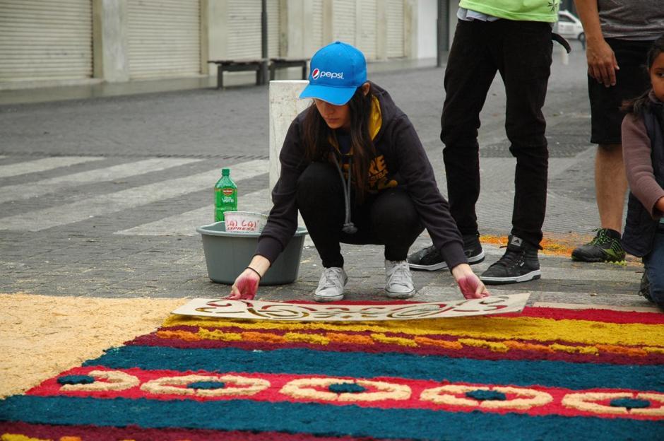 Con dedicación, se elaboran los detalles de las alfombras para que luzcan hermosas.  (Foto: Fredy Hernández/ Soy502)