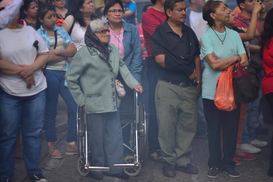 Cientos de fieles se agolparon en la zona 1 para ver la procesión. (Foto: Jesús Alfonso/Soy502)