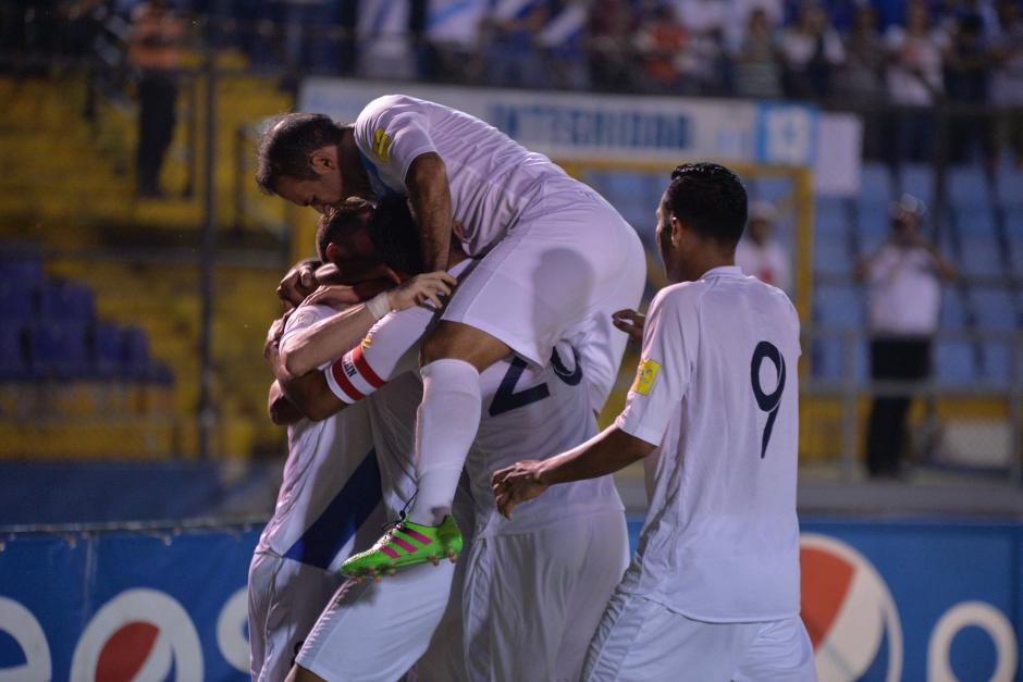 La selección nacional celebra tras el segundo gol. (Foto: Wilder López/Soy502)