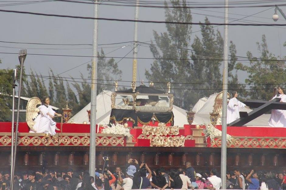 El Señor Sepultado de El Calvario es llevado por 140 brazos y 7 mil cargadores. (Foto: Jorge Sente/ Nuestro Diario)