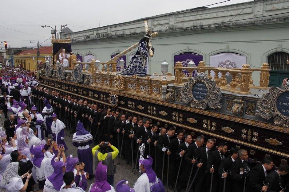 La procesión de Jesús Nazareno de Candelaria recorre las calles de la ciudad. (Foto: Jorge Sente/Soy502)