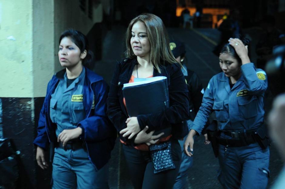 La Exintendente de Aduanas, Claudia Méndez Asencio fue la primera en ser trasladada hacia la Torre de Tribunales. (Foto: Alejandro Balán/Soy502)