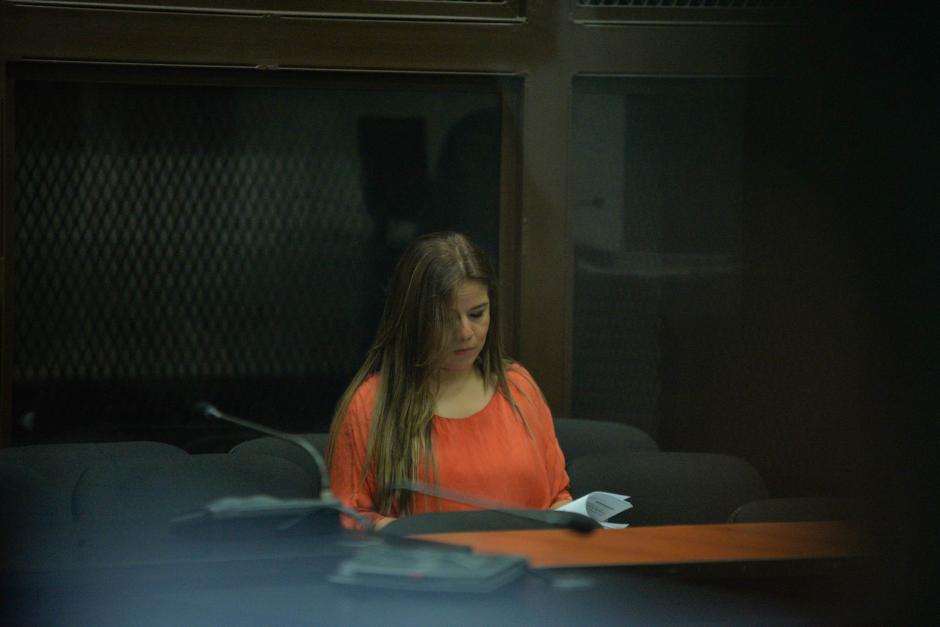 Claudia Méndez Asencio, Exintendente de Aduanas a la espera que inicie la audiencia por el caso La Línea. (Foto: Wilder López/ Soy502)