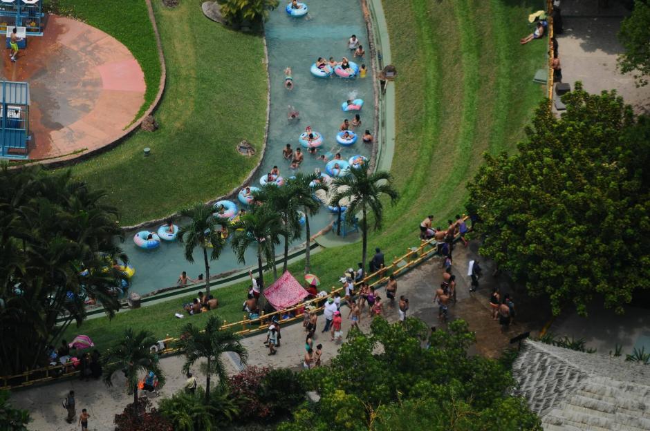 Decenas de personas se refrescan en el Irtra de Retalhuleu. (Foto: Alejandro Balán/Soy502)