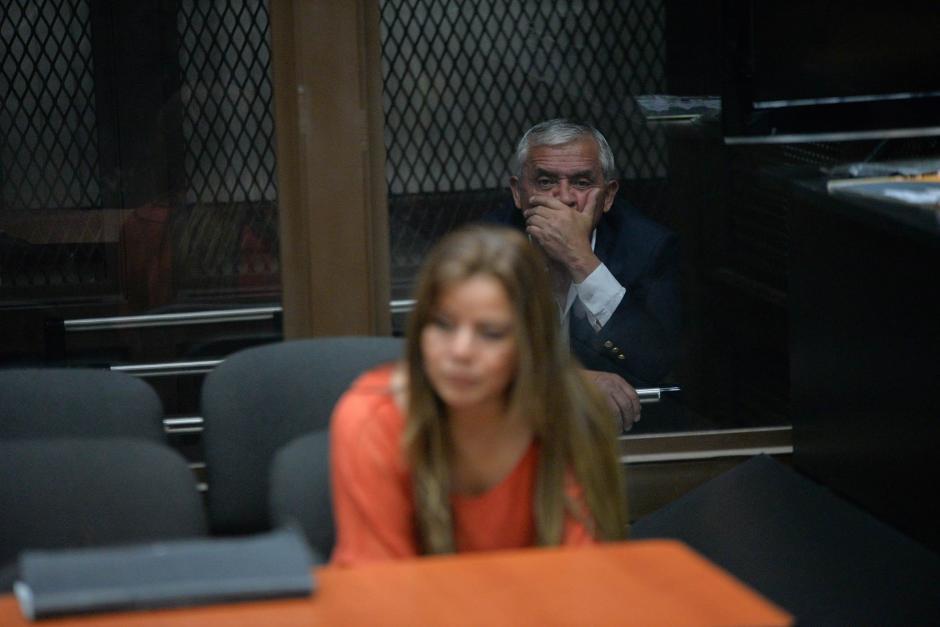 Otto Pérez Molina y Claudia Méndez Asencio en la sala de audiencias en donde se decidirá si irán o no a juicio. (Foto: Wilder López/Soy502)