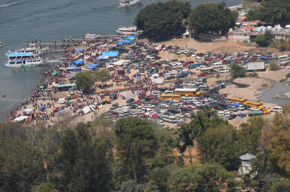 La playa de Panajachel, es otro destino de las familias que disfrutan el descanso de Semana Santa 2016. (Foto: Alejandro Balán/Soy502)