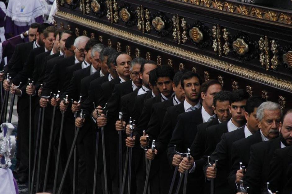 Personas se visten de negro durante la salida de la procesión. (Foto: Jorge Sente/Soy502)
