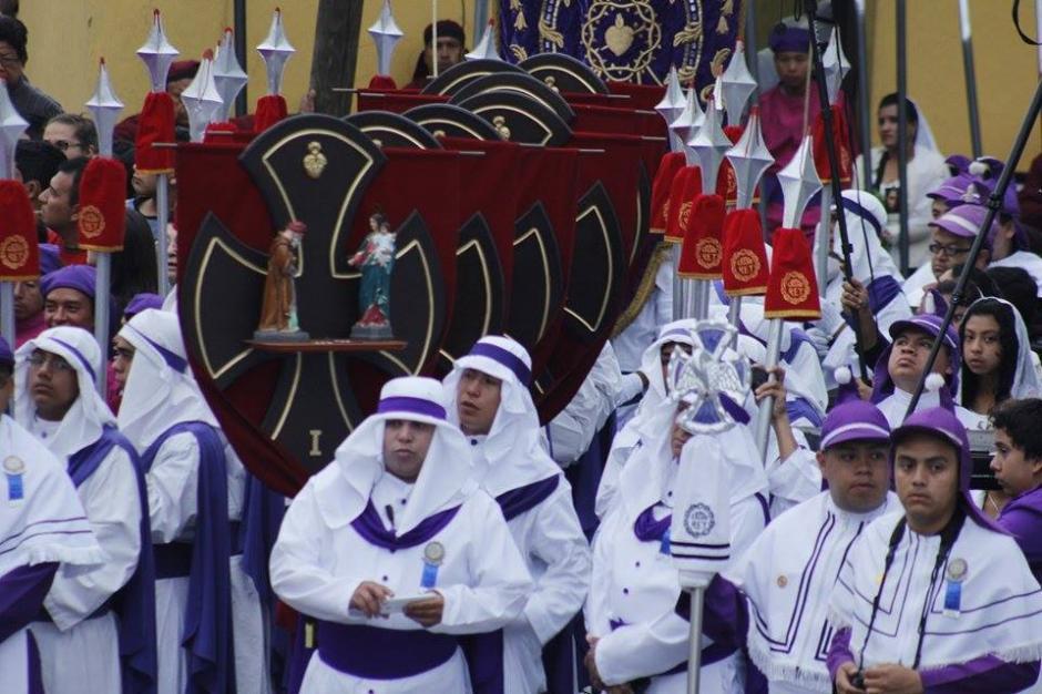 Cucuruchos visten de blanco durante esta procesión. (Foto: Jorge Sente/Soy502)
