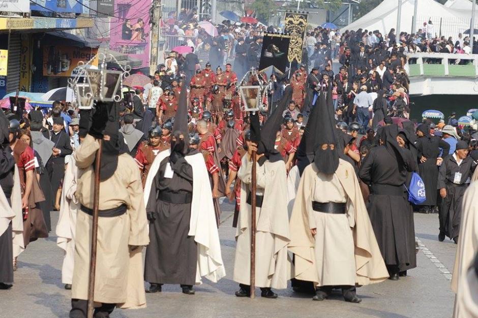 La procesión del Señor Sepultado del templo del Calvario tiene previsto regresar a la iglesia a la media noche. (Foto: Jorge Sente/ Nuestro Diario)