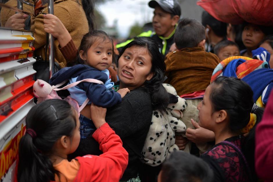 Desde tempranas horas de este miércoles, los veraneantes abordaron buses hacia los departamentos del país. (Foto: Wilder López/Soy502)