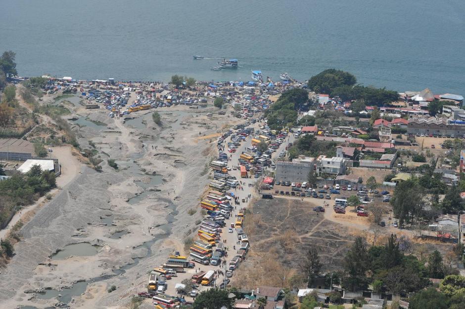 La imagen muestra la aglomeración de visitantes en la playa de Panajachel en Sololá. (Foto: Alejandro Balán/Soy502)